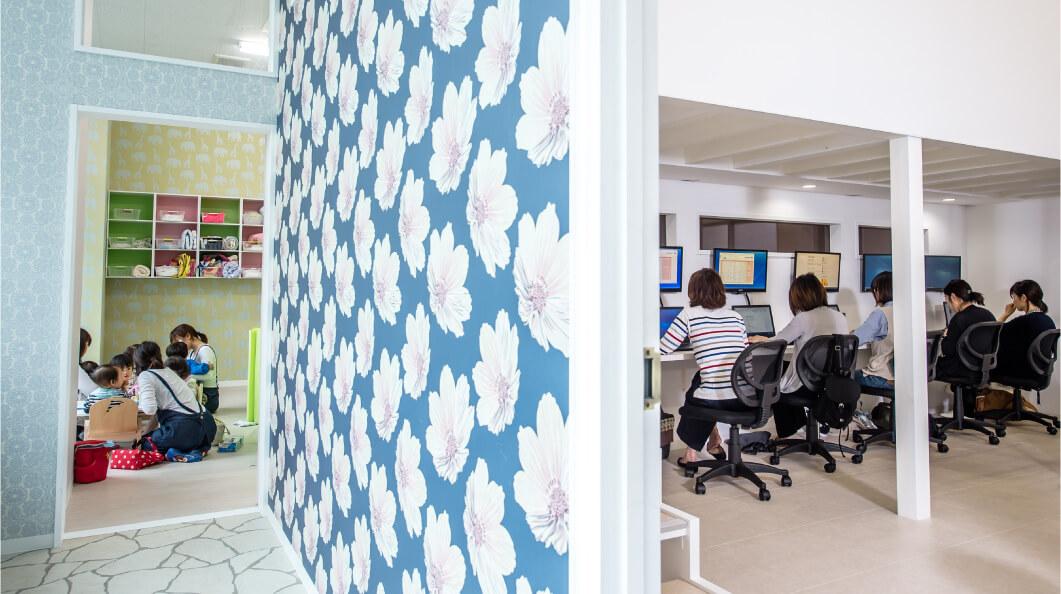 >ママが働くすぐそばで、子どもを預けて安心して働ける場所、それが「子育てママの働くオフィス【ピーカブー】」です